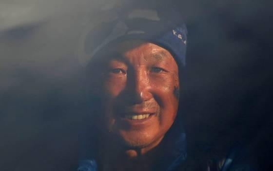 Hombre de 70 años y amputado de ambas piernas sube el Everest