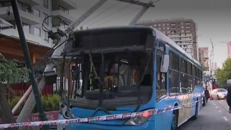 Bus del Transantiago choca y arrasa con postes en la comuna de Ñuñoa