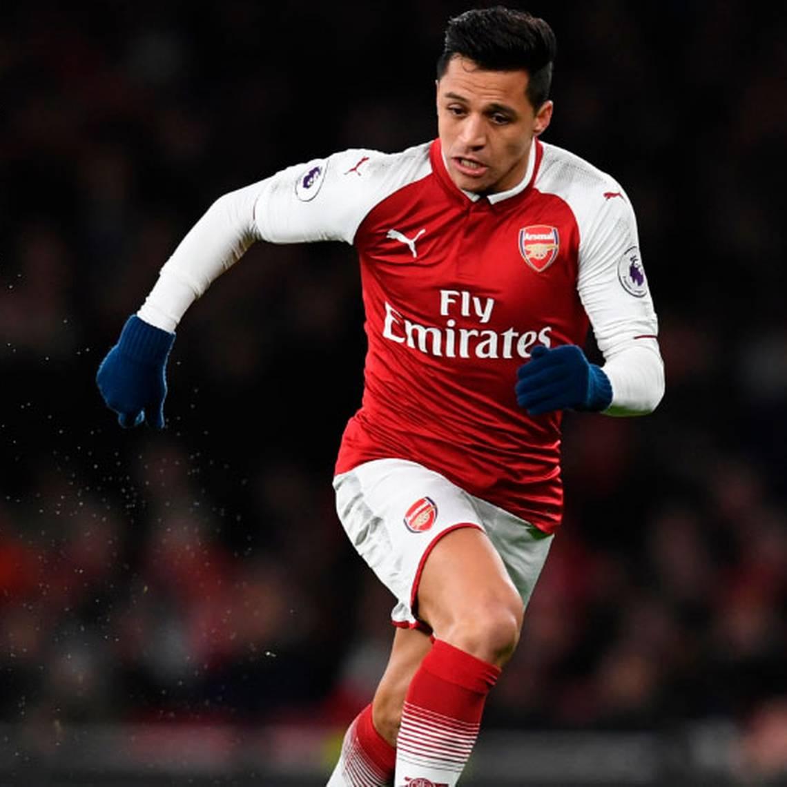 Alexis fue visto posando con la camiseta del Manchester United