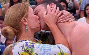 Karen y Julián practican el beso