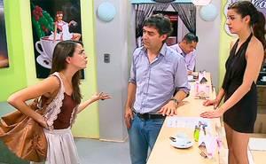 Ángela descubrió a Julia en el café con piernas