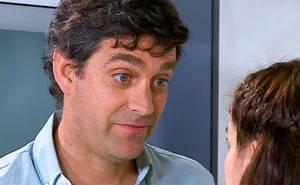 Emilio insiste en coquetearle a Julia