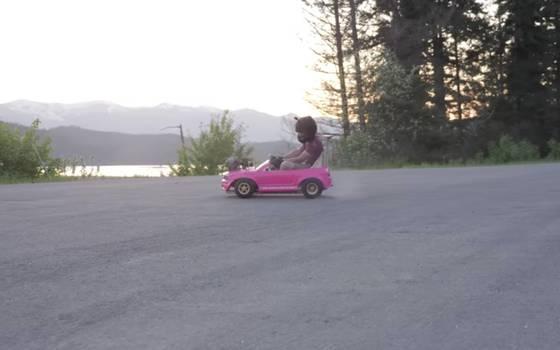 Youtubers convierten adorable auto de niños en una máquina de velocidad