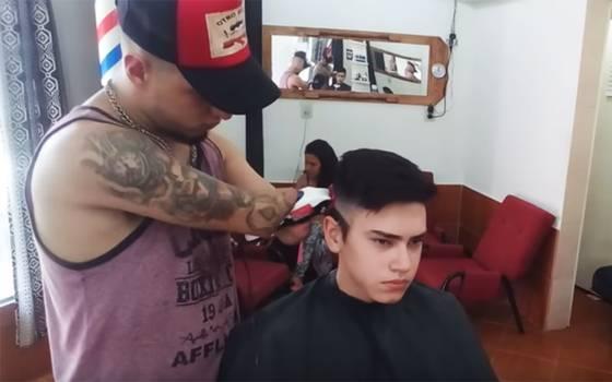 La hermosa historia de Gabriel, el barbero que no tiene manos