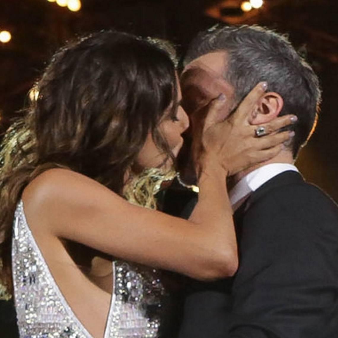 Con osado beso Mari Godoy y Cristián Sánchez dieron el vamos en Talca