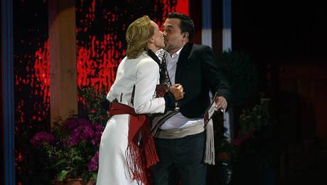 ¡El beso! Karen y Leo cumplieron con la tradición en la noche inaugural