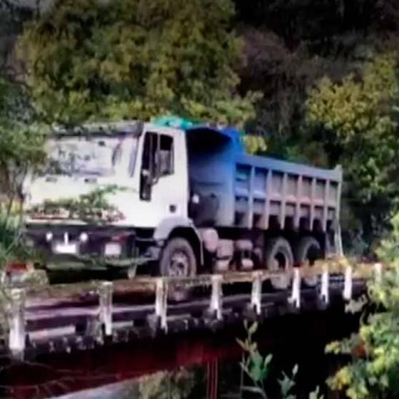 Video muestra increíble derrumbe de puente y caída de camión
