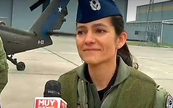El emocionante relato de la piloto que hizo historia sobre un helicóptero de combate