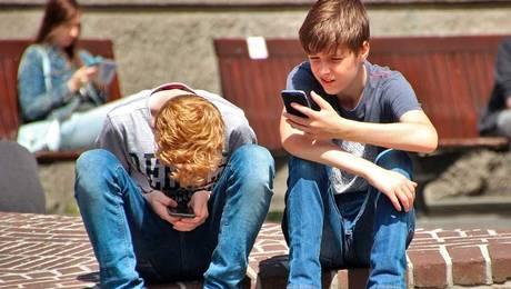 ¿Cómo disminuir la adicción de los niños al celular?