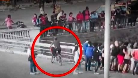 Ciclista cae el Río Mapocho por mirar accidente de auto