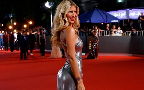 46378c6f5 El vestido más jugado de Kika Silva en la alfombra roja de Viña ...