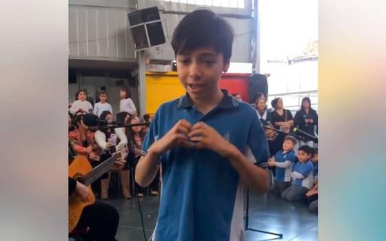 Niño dedica canción en lengua de señas a su madre sorda