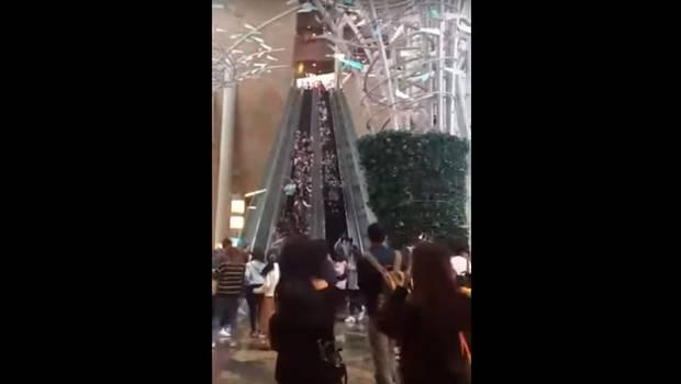 Escalera mecánica cambia su sentido y causa caótica caída masiva
