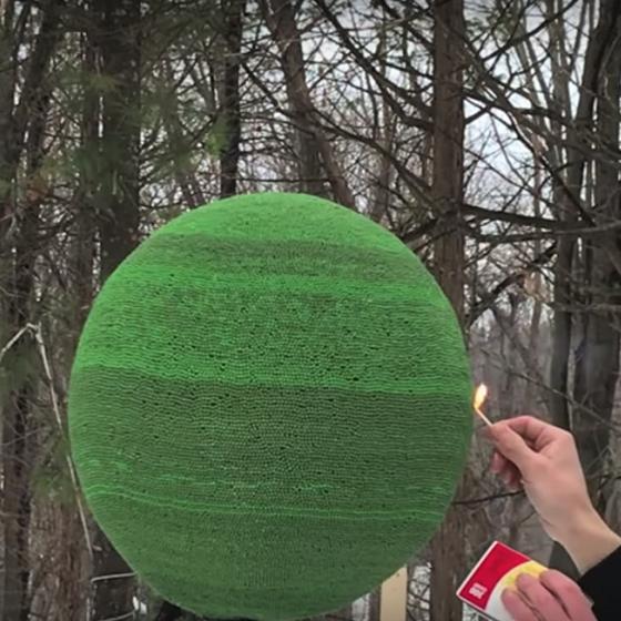El hipnótico video de un hombre que enciende 42 mil fósforos