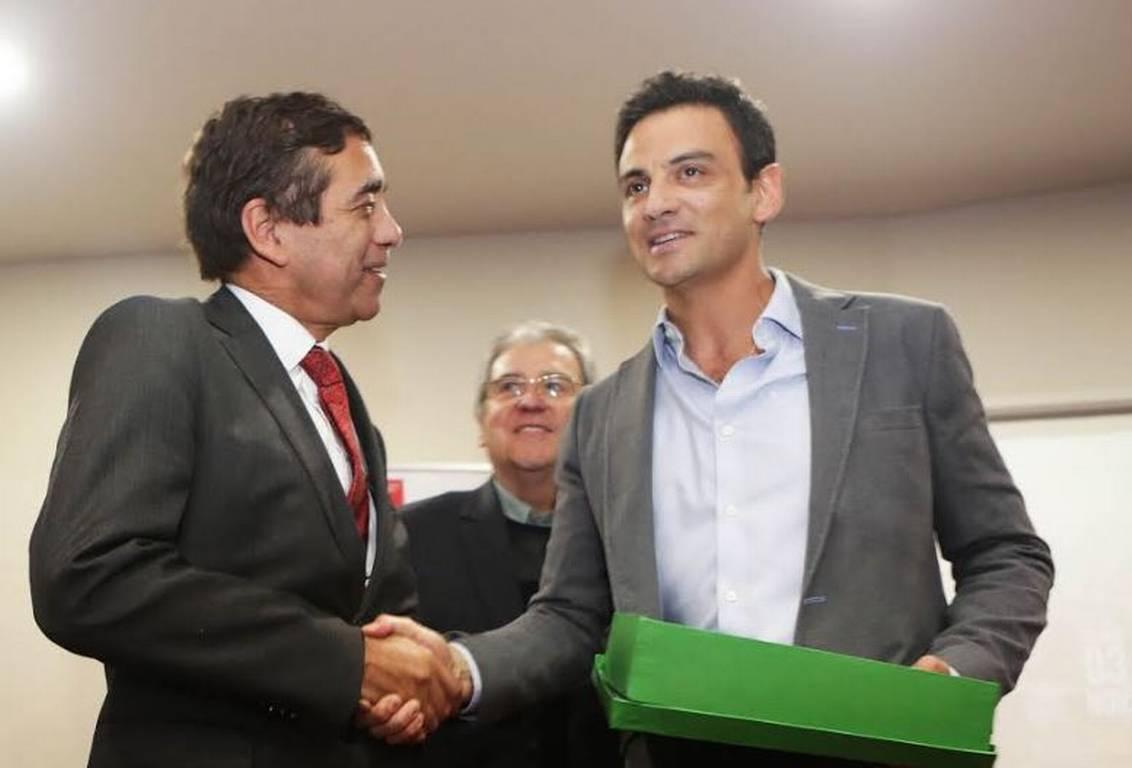 Conaf reconoce a Gonzalo Ramírez por cobertura de incendios en verano pasado