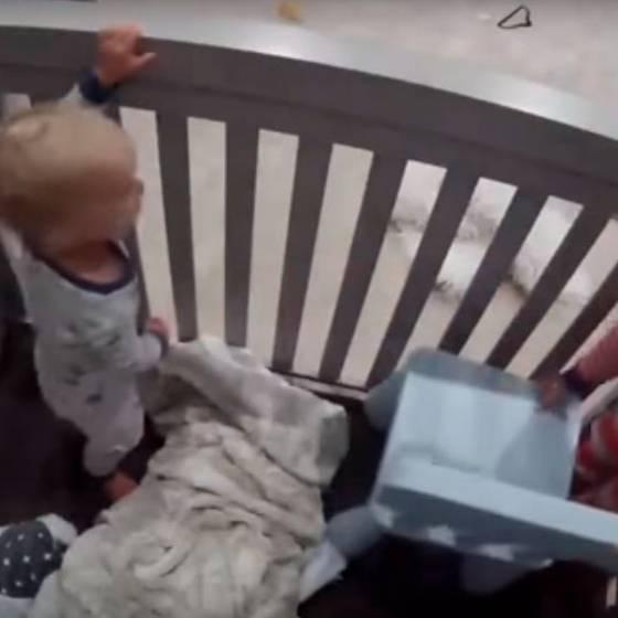 Este niño liberó a su hermano pequeño con una ingeniosa forma