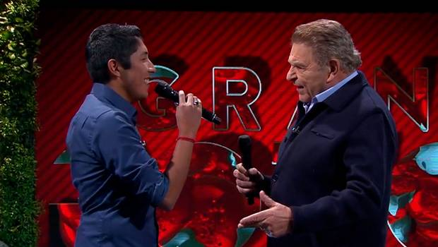 "Juan Ángel interpreta ""El rey\"" junto a Don Francisco"