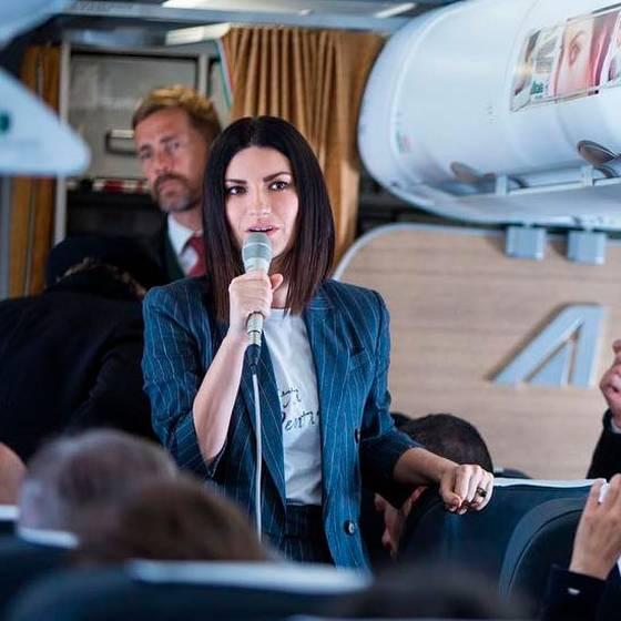 Laura Pausini sorprende como azafata en vuelo a Roma
