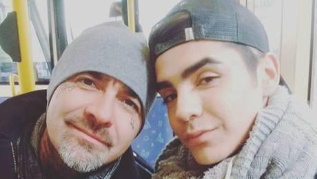 El producido look de Leo Mendez Jr para proyecto junto a su padre