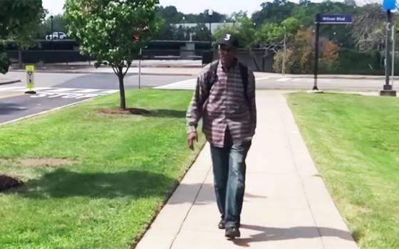 El hombre que camina 9 kilómetros diarios para ver a su esposa enferma