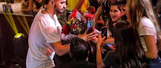 Maluma rechaza a fanática sobre el escenario y es criticado por su actuar