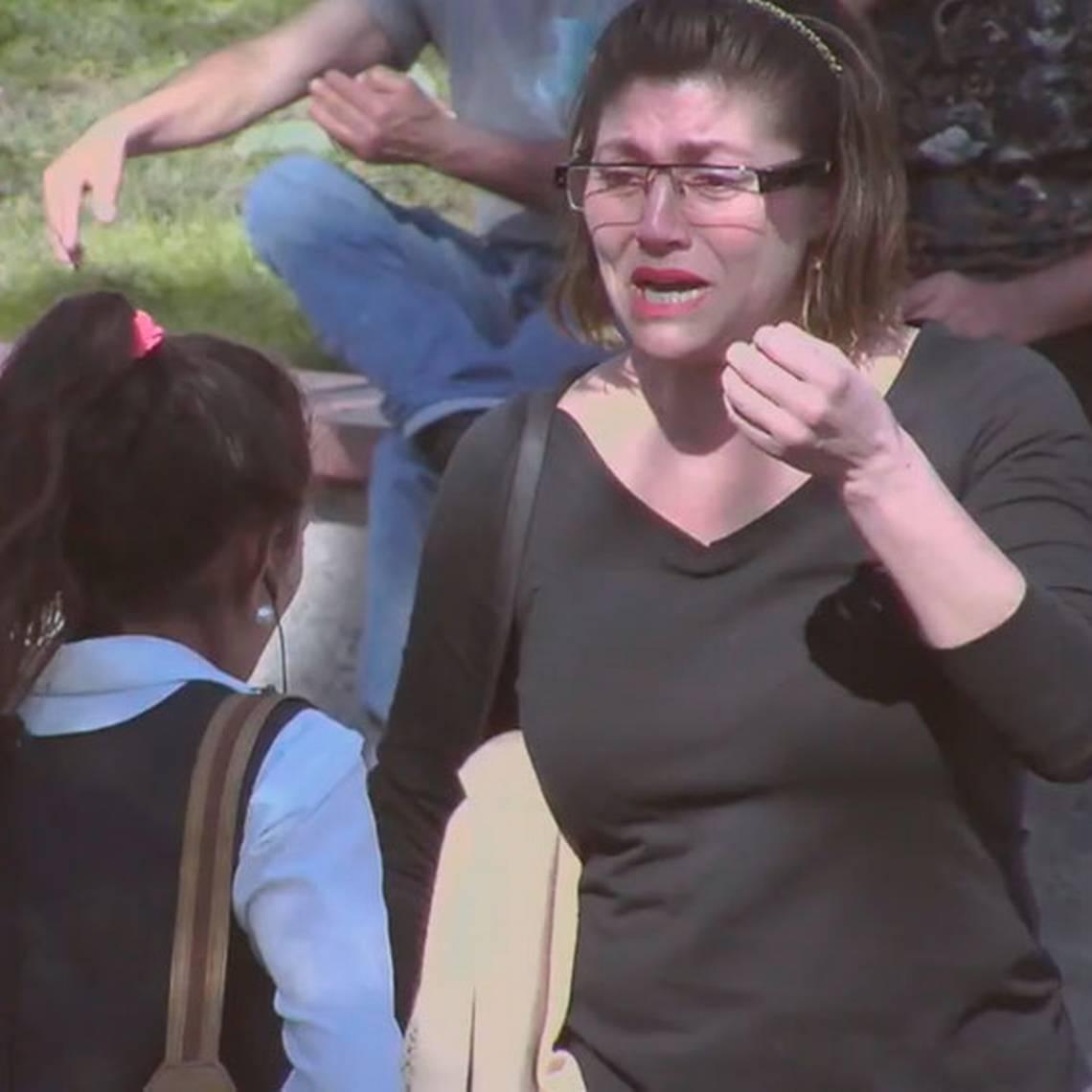 Una madre rechaza a su hija en público