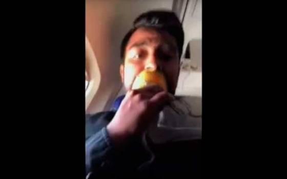 Video muestra grave error de pasajeros de avión al usar de mascarillas