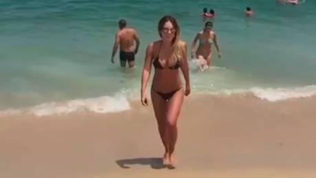 """El divertido """"fail"""" de Maura Rivera en la playa"""