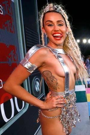 Miley Cyrus impactó con su look