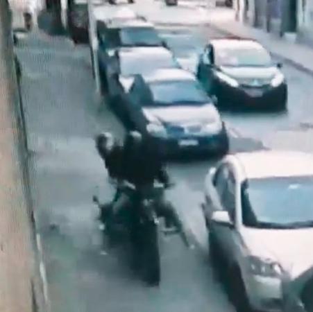 """Brutal asalto de \""""motochorros\"""" a una mujer"""