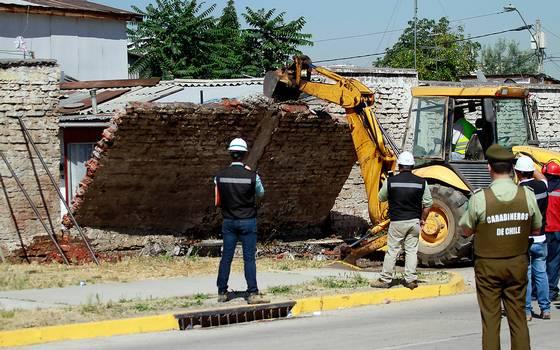Así se realizó el polémico derrumbe del muro de La Legua