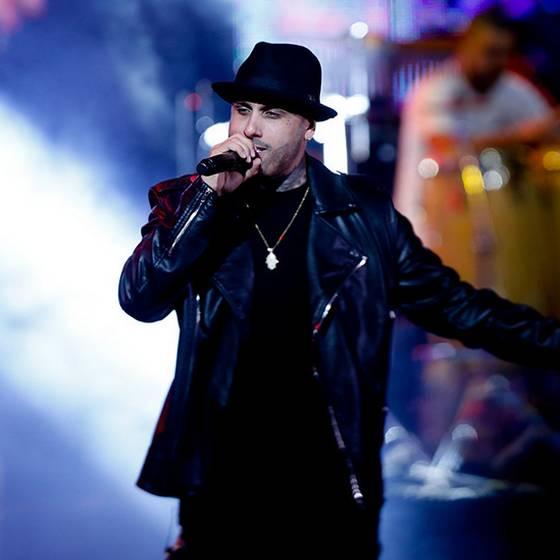 El susto que pasó Nicky Jam en pleno concierto