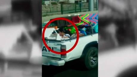 Indignación por padre que trasladó a su hija en parte trasera de camioneta