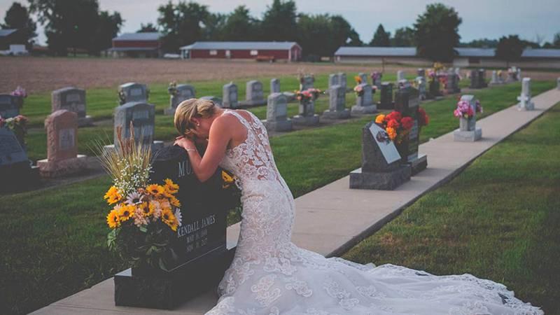La triste historia tras las fotos de novia abrazando la tumba de su prometido