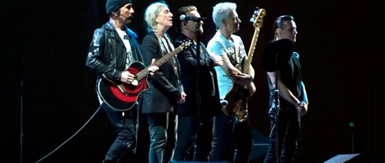 "U2 y Patti Smith cantan ""Mothers of the Disappeared\"" en París"