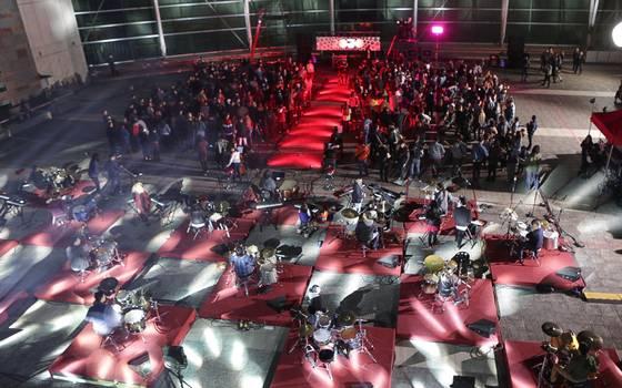 "Segunda temporada de \""Rojo\"" lanza spot con 400 artistas en escena"
