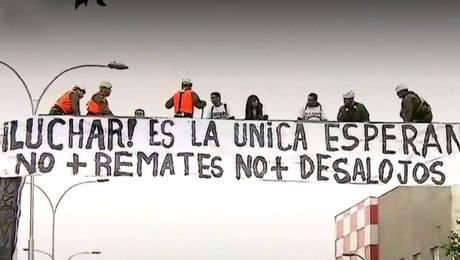 Detienen a integrantes de agrupación Andha Chile que protestaron sobre pasarela