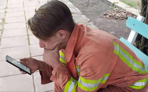 Su historia se viralizó_ bombero fue a una plaza para rendir examen tras combatir incendios.png