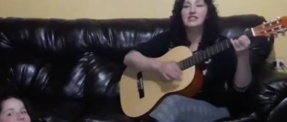 """La autora de \""""Adiós tía Paty\"""" fue nuevamente interrumpida mientras cantaba"""