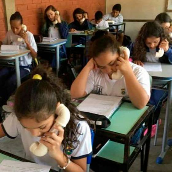 Profesora revoluciona las clases con objeto similar a un teléfono