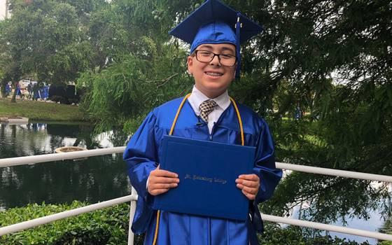 Niño genio recibe su primer título universitario a los 11 años